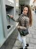 Lidé platí bance i za výběr z bankomatu vlastní banky. Nenechte se okrádat
