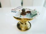 Banky hromadně snižují úrokové sazby u spořicích účtů a termínovaných vkladů