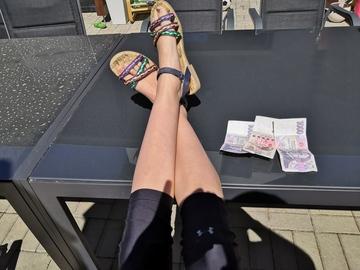 Banky na poplatcích vydělaly o téměř miliardu korun méně