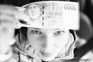 Bankovka na čele, filtr černo-bílá